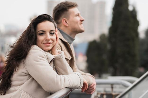 Женщина позирует с мужчиной на открытом воздухе Бесплатные Фотографии