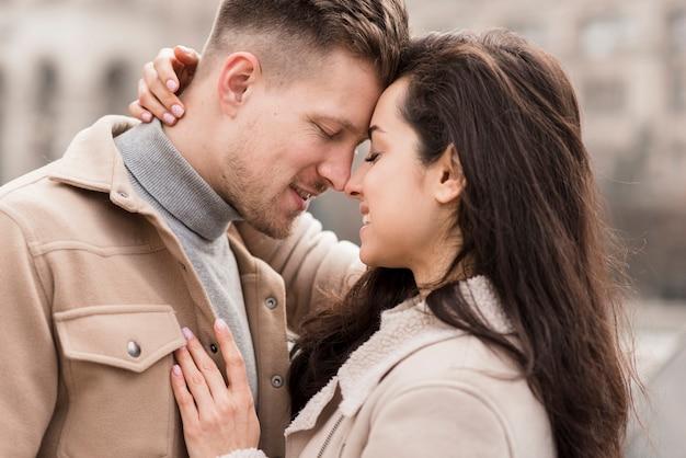 ロマンチックなカップルの側面図 無料写真