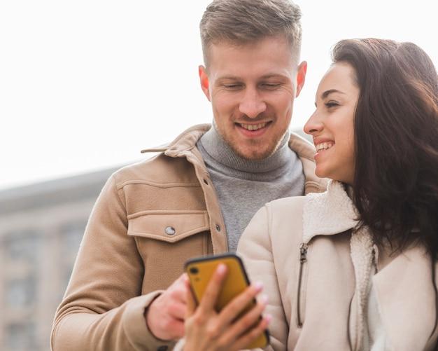 Пара смайликов смотрит на смартфон Бесплатные Фотографии
