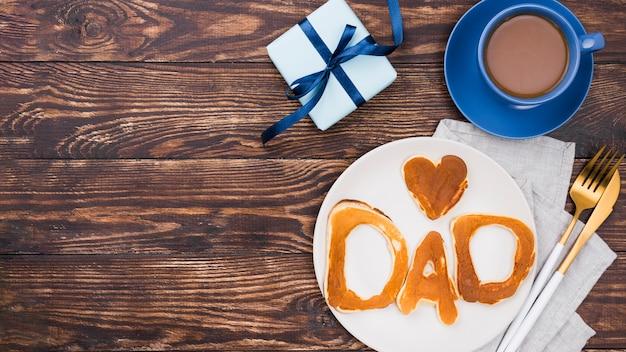パンのパンと木の板で書かれたお父さんの言葉 無料写真
