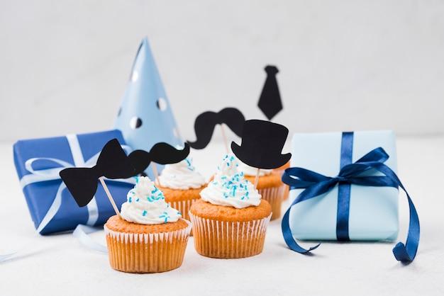 父の日のパーティーの装飾のためのおいしいカップケーキ 無料写真