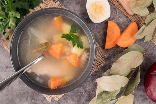 スープとスープのトップビューの食材 無料写真