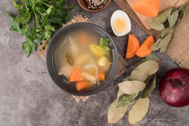 スープと卵のトップビューの食材 無料写真