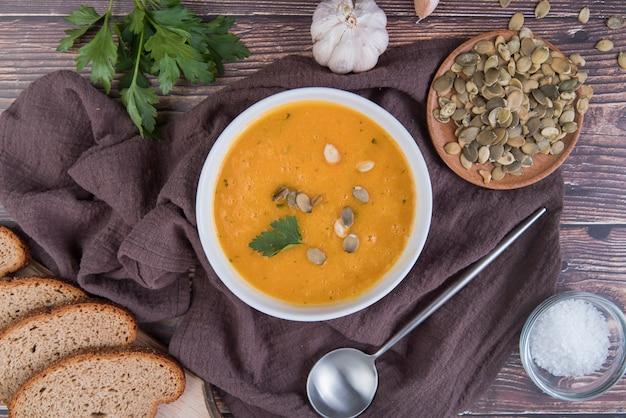 パンのスライスと平らな生クリームスープ 無料写真
