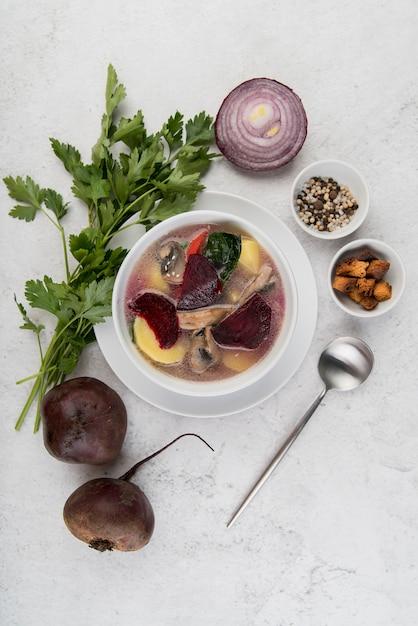 自家製タマネギと野菜のスープのトップビュー 無料写真