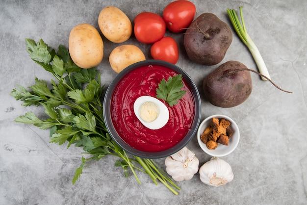 自家製トマトのクリームスープと卵の上面図 無料写真