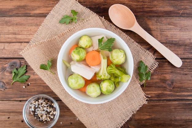 ブリュッセルもやしと野菜のスープスープトップビュー 無料写真