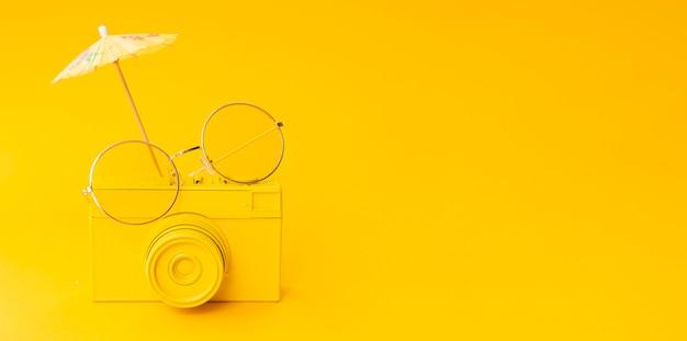 メガネとコピースペースを持つ古いカメラ 無料写真