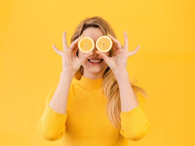 柑橘類とポーズの女性 無料写真