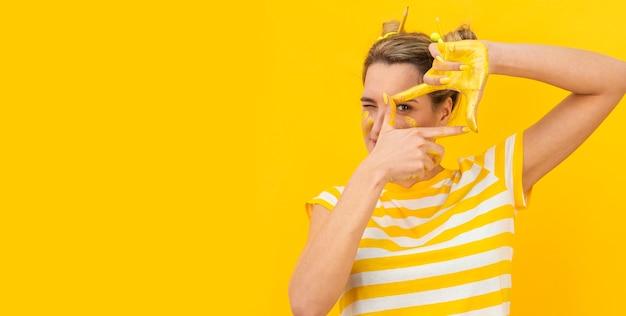 写真を撮る塗られた手を持つ女性 無料写真
