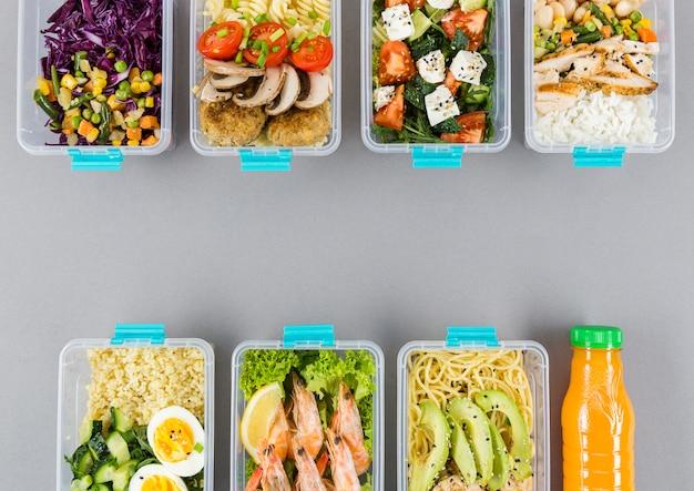 Плоская планировка организованных пластиковых пищевых контейнеров с едой Бесплатные Фотографии