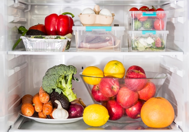 野菜と冷蔵庫での食事の正面図 無料写真
