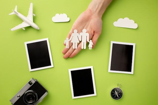 インスタント写真とカメラを備えた紙の家族 無料写真
