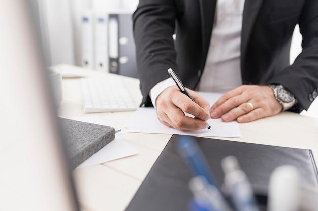 仕事のために何かを書くハイアングル男 無料写真