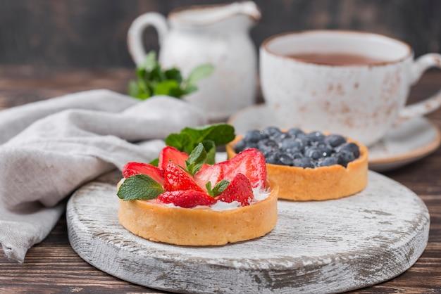 お茶とミントのフルーツタルトのハイアングル 無料写真