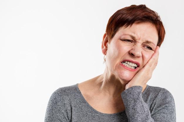 医療上の問題を持つ年配の女性 無料写真