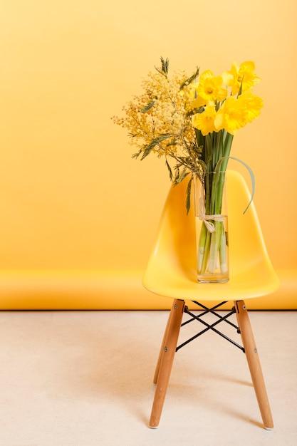 花瓶とハイアングルチェア 無料写真