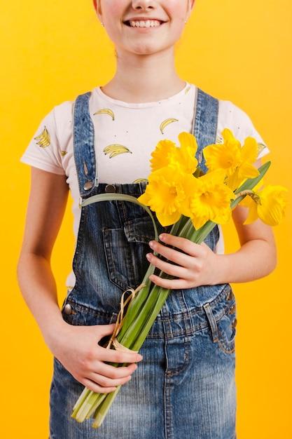 Крупным планом девушка с цветами в руках Бесплатные Фотографии