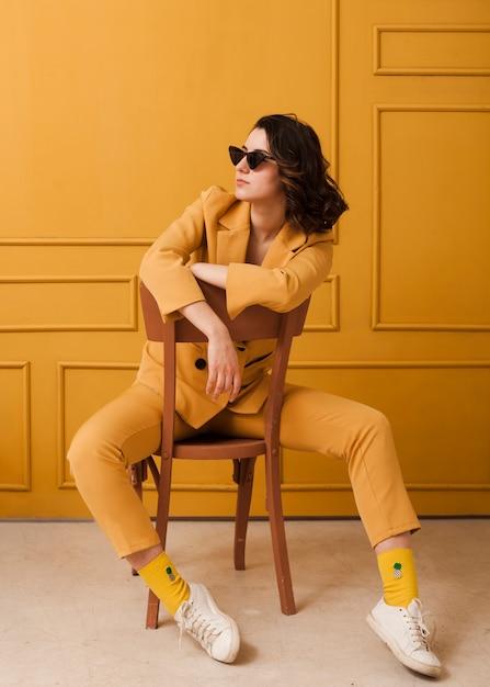 Высокий угол женщина с очками на стуле Бесплатные Фотографии