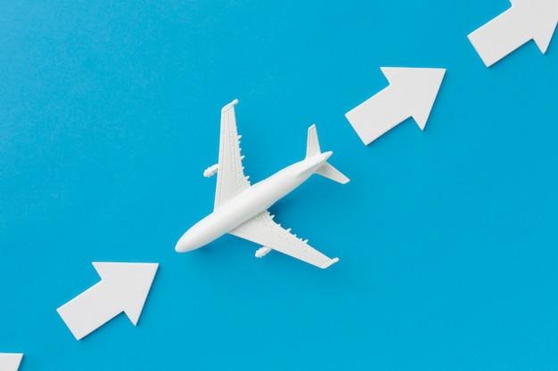 矢印と反対方向に向かう飛行機 無料写真