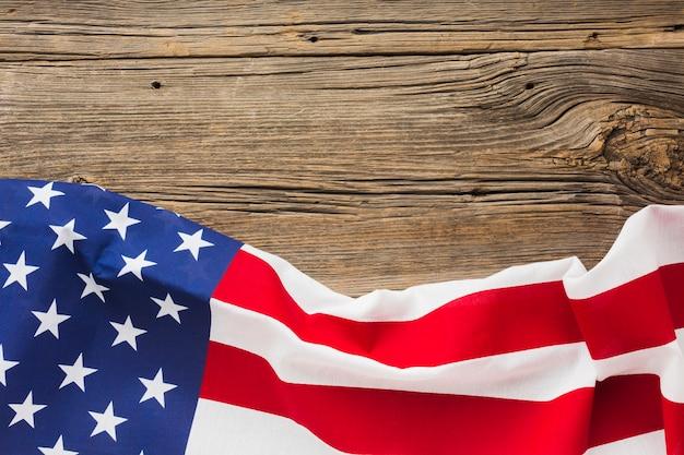 Плоская планировка американского флага на дереве с копией пространства Бесплатные Фотографии