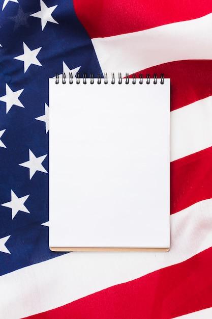 Плоский блокнот сверху американского флага Бесплатные Фотографии
