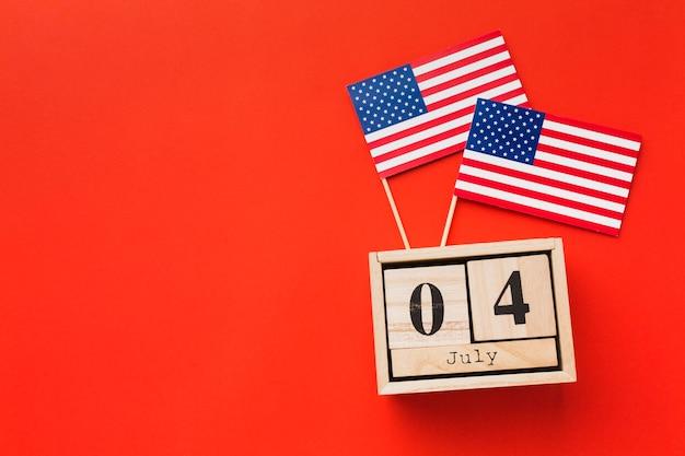 Вид сверху американских флагов с датой и копией пространства Бесплатные Фотографии