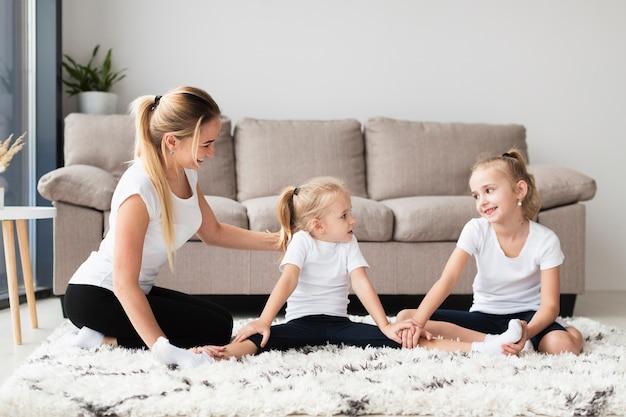 Вид спереди матери и дочери в домашних условиях Бесплатные Фотографии