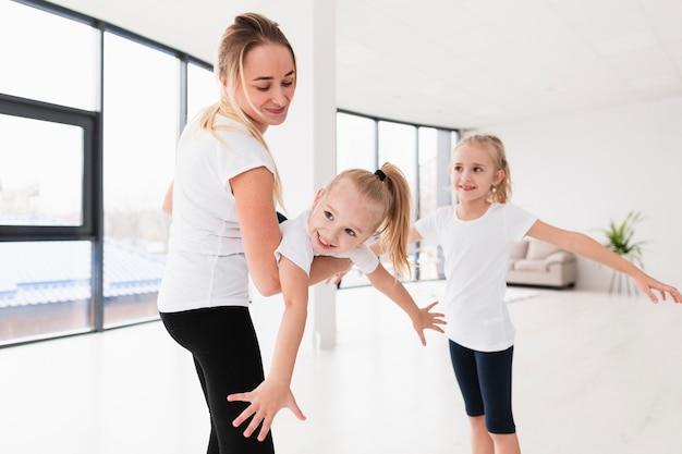 Мать играет с дочерьми дома Бесплатные Фотографии