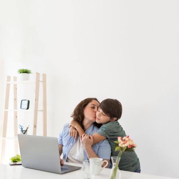 Мать с ребенком дома Бесплатные Фотографии