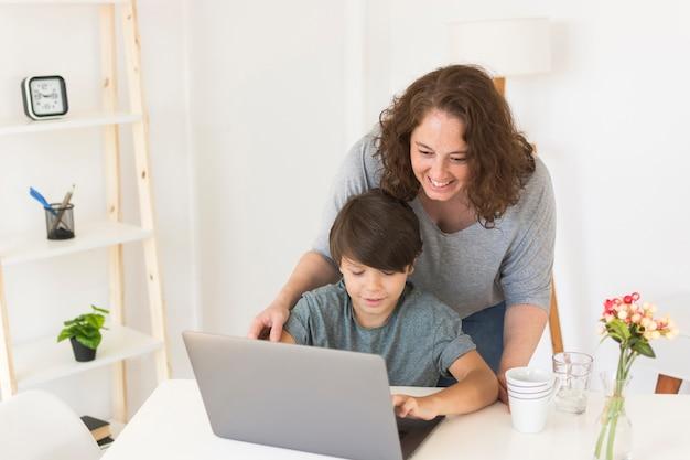 母と息子のラップトップを探しています 無料写真