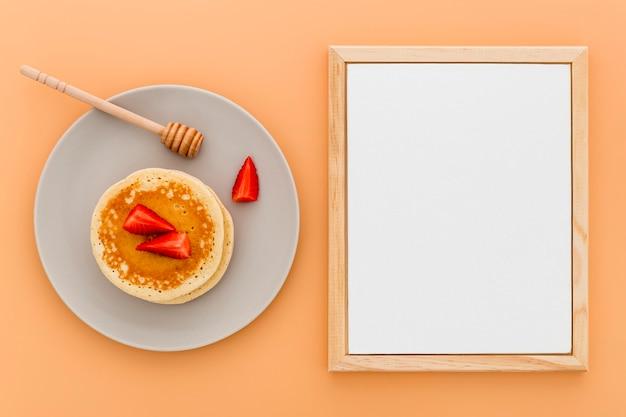 Плоский лист бумаги с меню с блинами на тарелке Бесплатные Фотографии