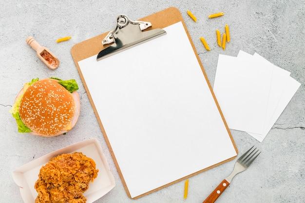 Вид сверху пустого меню с гамбургером и жареной курицей Бесплатные Фотографии
