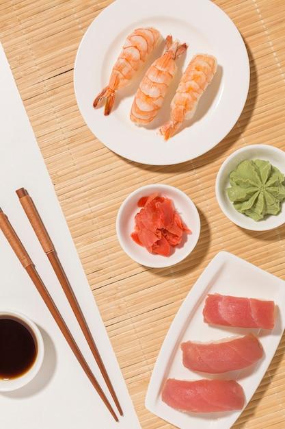 Вид сверху суши день концепция с соевым соусом и палочками Бесплатные Фотографии
