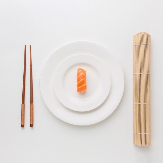 Вид сверху свежие суши с палочками для еды Бесплатные Фотографии