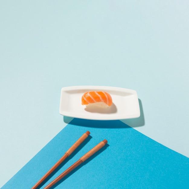箸でクローズアップ寿司日コンセプト 無料写真