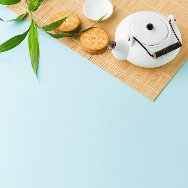 テーブルの上の自家製クッキーとトップビューティーポット 無料写真
