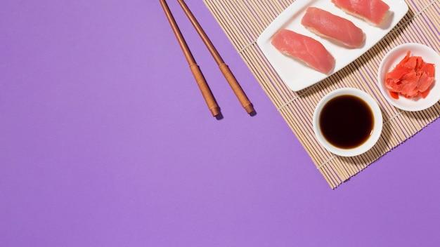 Вид сверху свежие суши с соевым соусом и палочками Бесплатные Фотографии