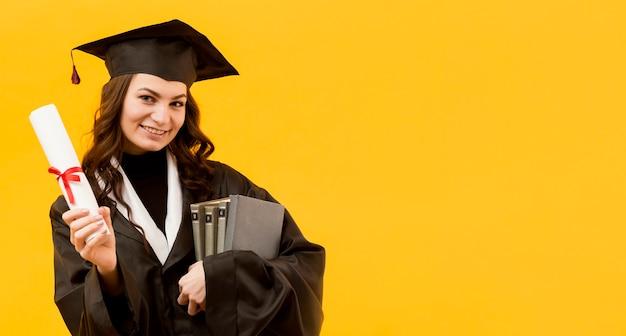 証明書と本で幸せな女 無料写真