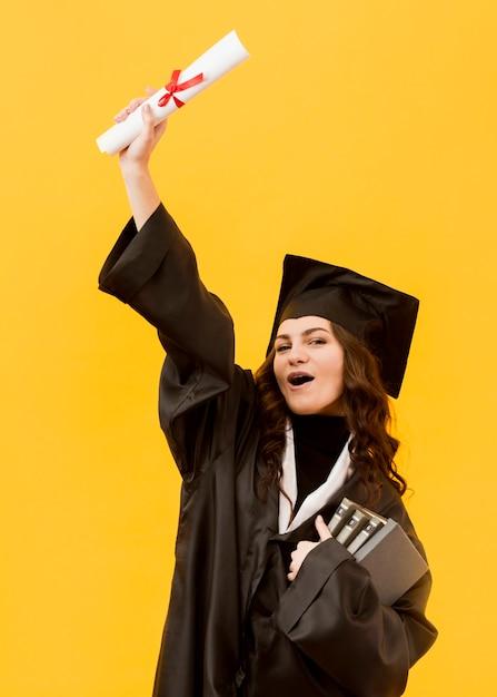ミディアムショット興奮した大学院生 無料写真