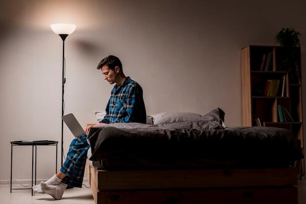 夜働く若い起業家 無料写真