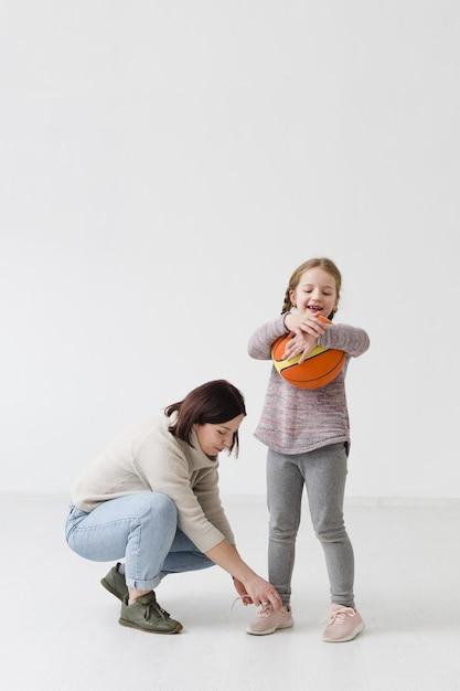 母と娘のフルショット 無料写真