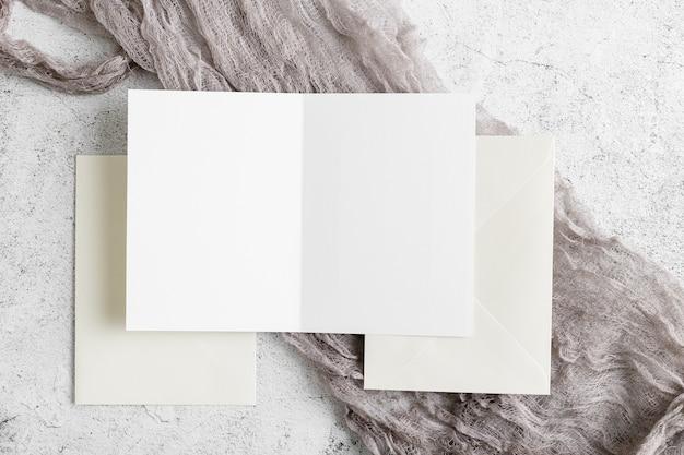 コピースペースと結婚式の招待状のトップビュー 無料写真