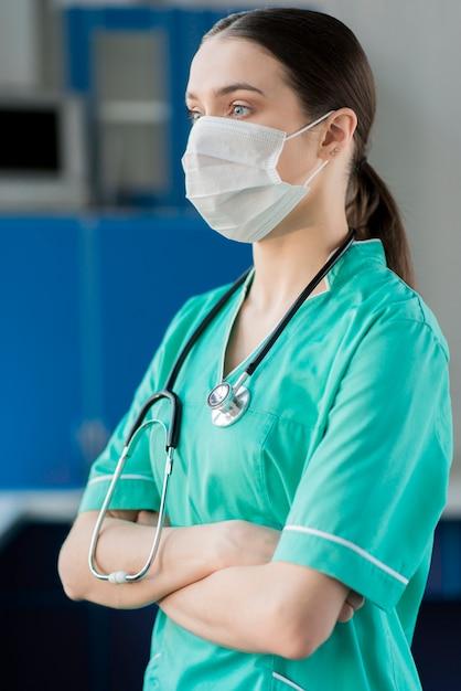 Вид сбоку медсестра со стетоскопом Бесплатные Фотографии
