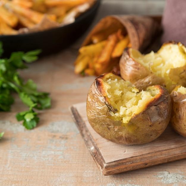 Приготовленный картофель на деревянной доске Бесплатные Фотографии