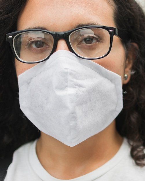 医療マスクのクローズアップを着た若い女性 無料写真