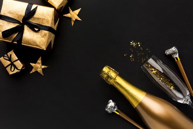 誕生日パーティーのためのギフトとシャンパンのボトル 無料写真