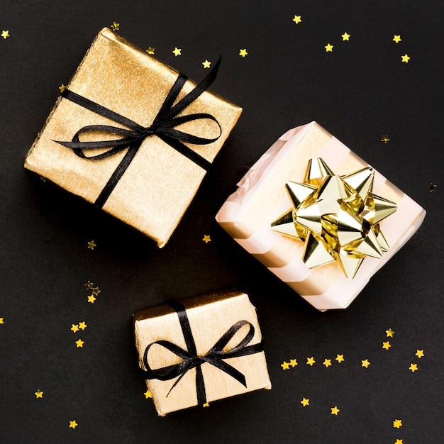 Конфетти и подарки на столе Бесплатные Фотографии