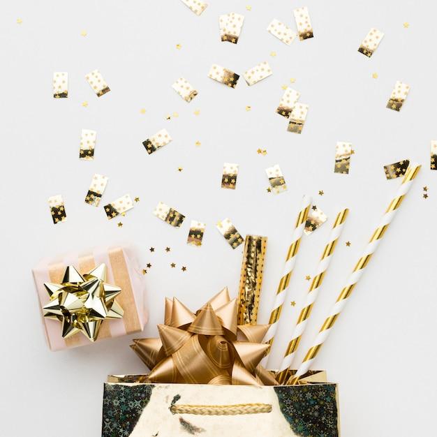 Вид сверху подарков и украшений для вечеринки Бесплатные Фотографии