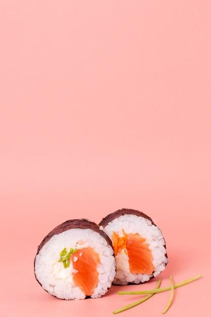 コピースペース付きのおいしい巻き寿司 無料写真